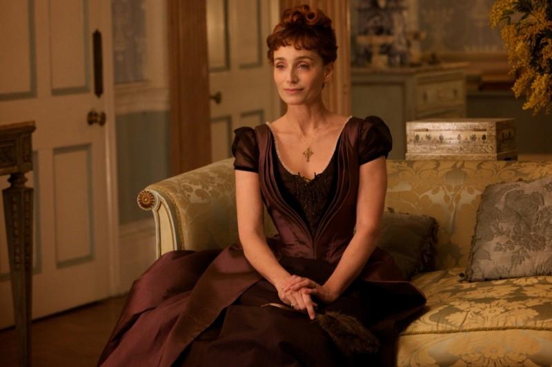 Kristin Scott Thomas è elegantissima in una scena del film Bel Ami