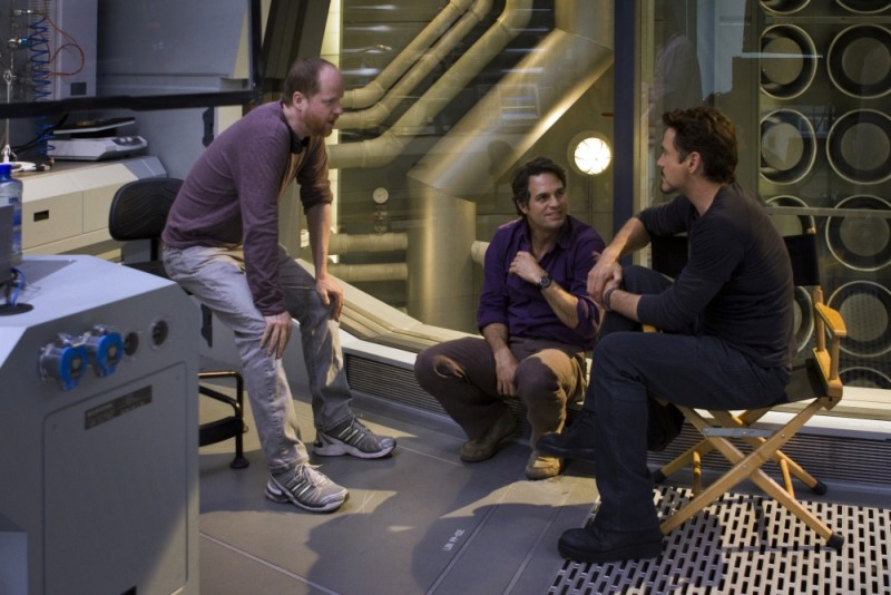 Mark Ruffalo e Robert Downey Jr. sul set di The Avengers a colloquio con il regista Joss Whedon