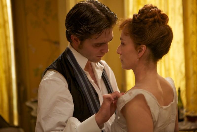 Robert Pattinson seduce Kristin Scott Thomas in una scena del film Bel Ami - Storia di un seduttore