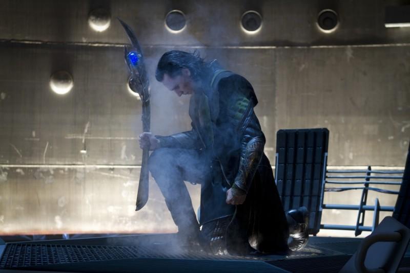 Tom Hiddleston nei panni di Loki in un'intensa scena di The Avengers