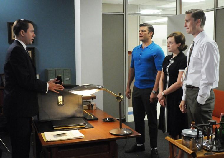 Vincent Kartheiser, Jay R. Ferguson, Elisabeth Moss e Aaron Staton nell'episodio A Little Kiss - Part 1 della quinta stagione di Mad Men