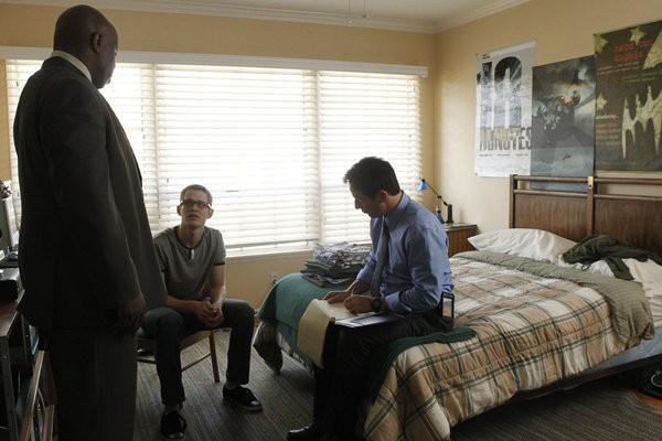 Awake: Brian Norris, Steve Harris e Jason Isaacs in una scena dell'episodio The Little Guy