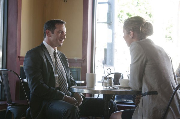 Awake: Brianna Brown e Jason Isaacs in una scena dell'episodio Kate is Enough