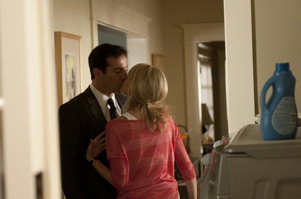 Awake: Jason Isaacs e Laura Allen in una scena dell'episodio The Little Guy