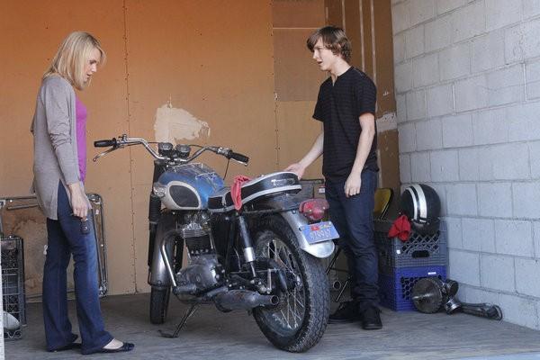 Awake: Logan Miller e Laura Allen in una scena dell'episodio The Little Guy