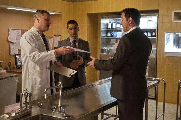 Awake: Wilmer Valderrama e Jason Isaacs in una scena dell'episodio Kate is Enough