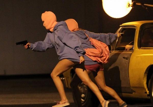 Due delle ladre protagoniste di Spring Breakers in azione