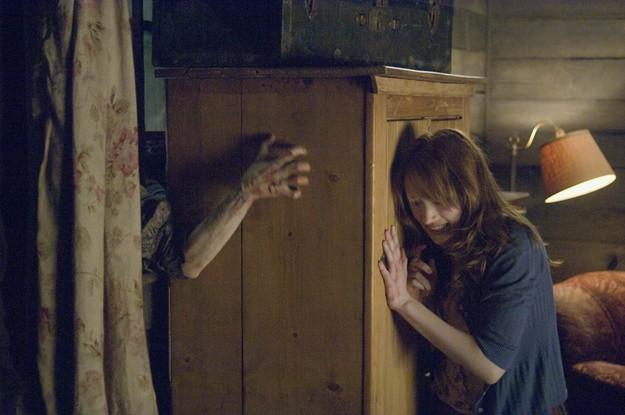 Kristen Connolly alle prese con la creatura mostruosa che la perseguita in Quella casa nel bosco
