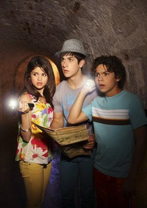 Selena Gomez, David Henrie e Jake T. Austin in un momento della serie I Maghi di Waverly