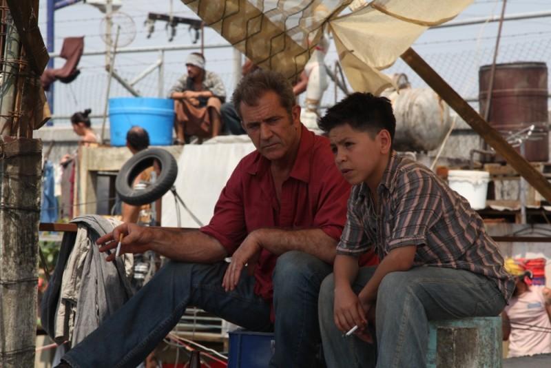 Viaggio in paradiso: Mel Gibson insieme al piccolo Kevin Hernandez in una scena tratta dal film da lui scritto e interpretato