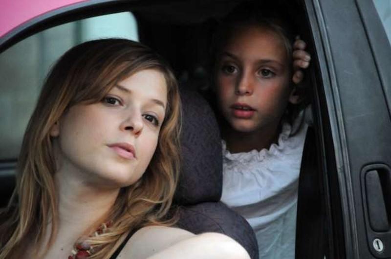 Amore liquido: Sara Sartini con la piccola Martina Capannini in una scena del film