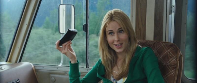 Anna Hutchison si beffa del navigatore satellitare in una scena di Quella casa nel bosco