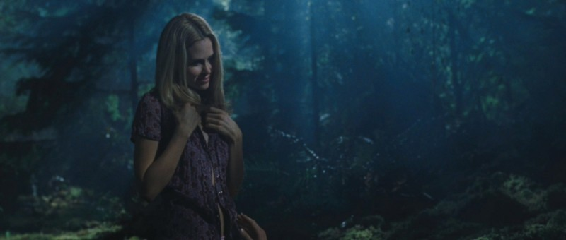 Anna Hutchison si spoglia senza paura in una scena di Quella casa nel bosco