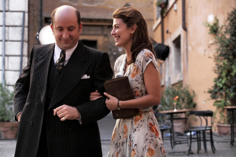 Antonio Albanese e Alessandra Mastronardi in una scena di To Rome with Love