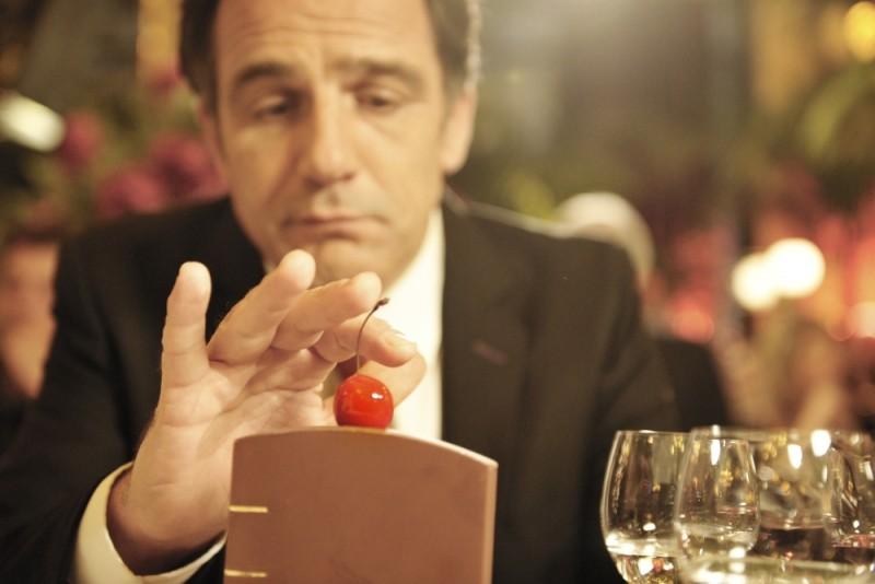 Ciliegine: Frédéric Pierrot si avvicina pericolosamente alla celeberrima ciliegina sulla torta in una scena del film