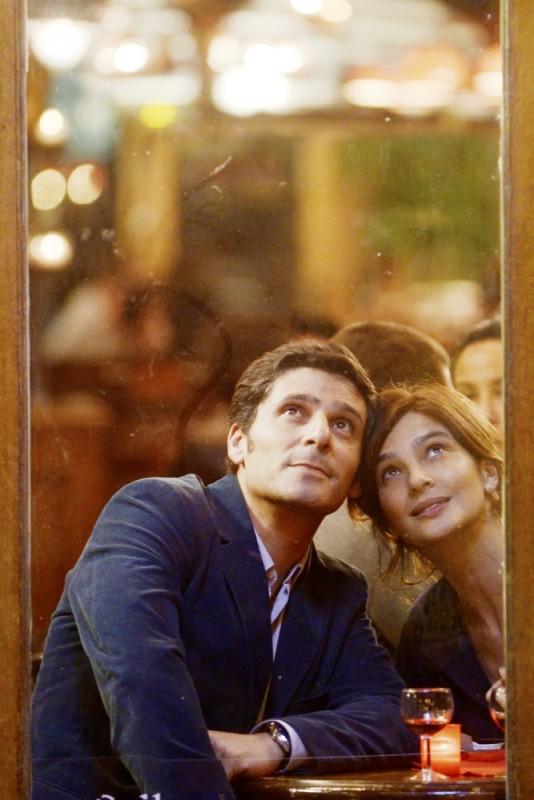 Ciliegine: Laura Morante e Pascal Elbé guardano il cielo sognanti in una scena del film
