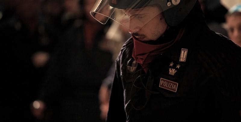 Diaz: Claudio Santamaria è l'agente Max Flamini in una scena del film