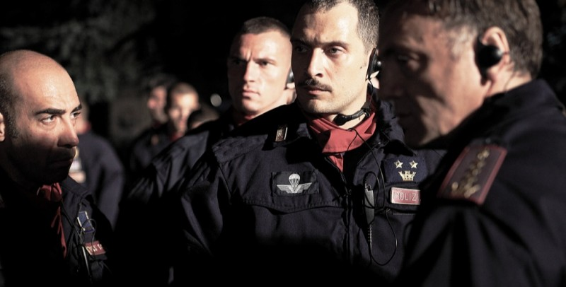 Diaz - Don't clean up this blood: Claudio Santamaria insieme ai colleghi poliziotti in una scena del film