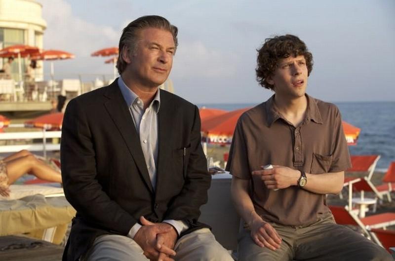 Jesse Eisenberg con Alec Baldwin in una scena marina di To Rome with Love
