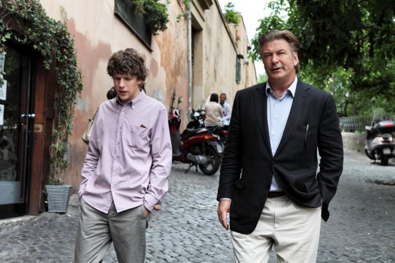 Jesse Eisenberg insieme ad Alec Baldwin in una scena di To Rome with Love