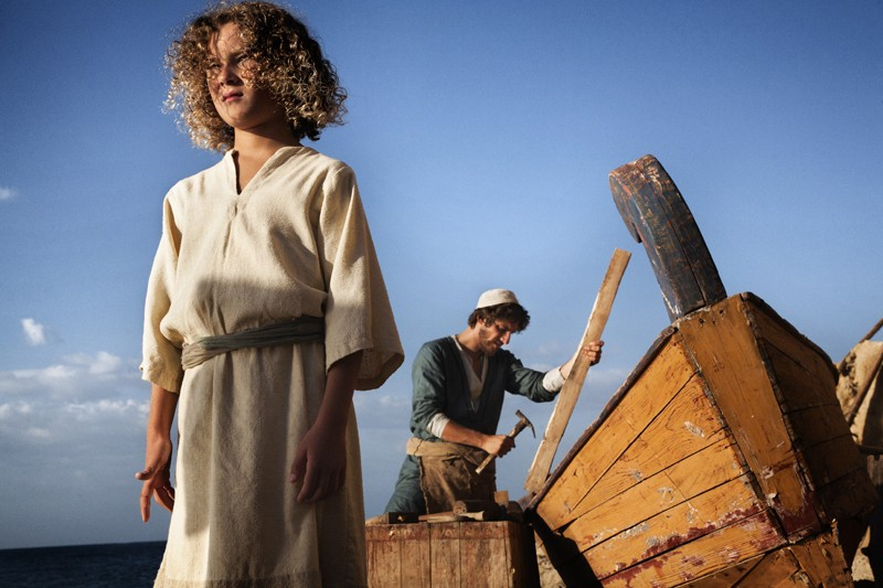 Luca Marinelli (sullo sfondo) nella fiction Maria di Nazareth