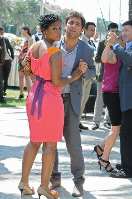 Adriano Giannini balla con Aunjanue Ellis nell'episodio Ice Queen della serie Missing