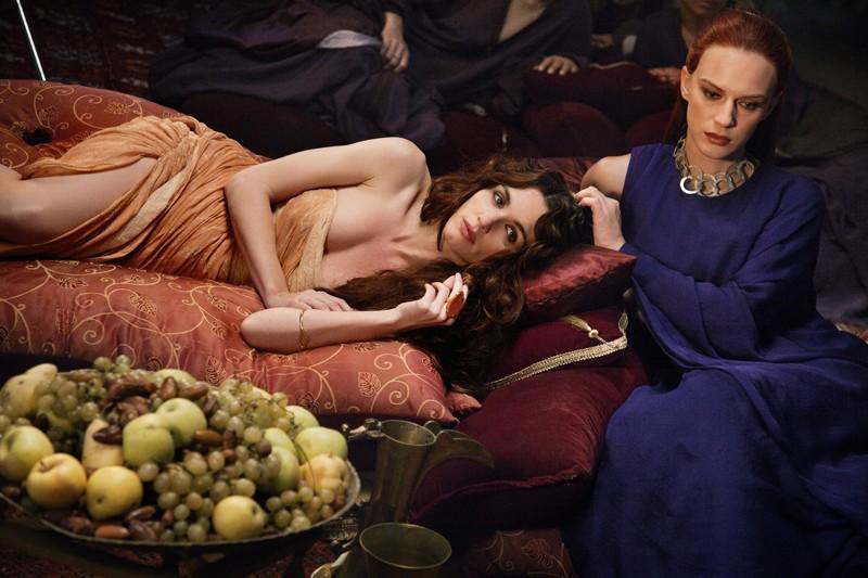 Paz Vega e Antonia Liskova in una scena del film in Maria di Nazareth