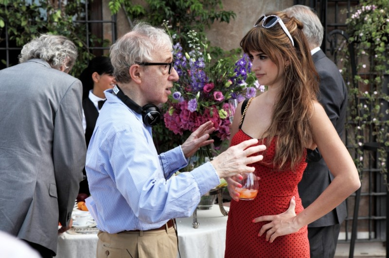 Penelope Cruz discute di una scena con Woody Allen sul set di To Rome with Love