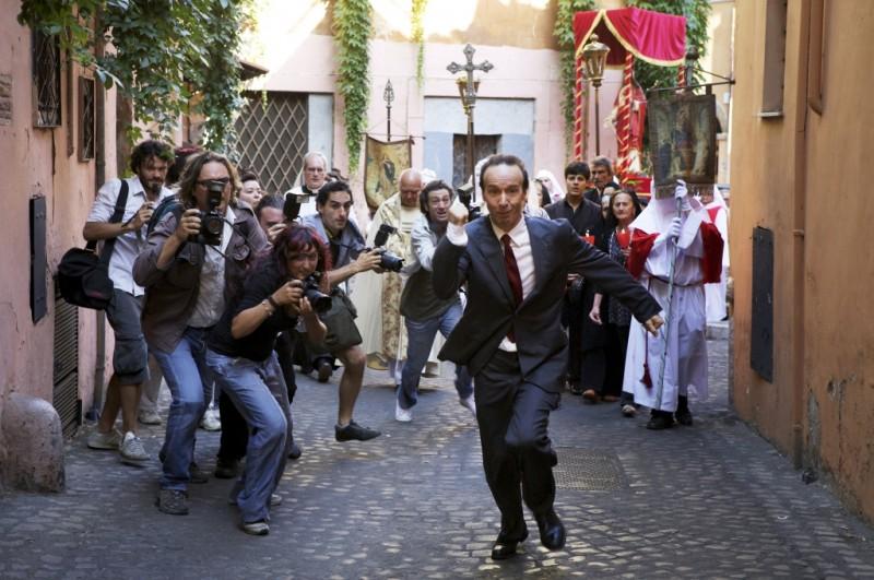 Roberto Benigni scappa dai paparazzi in una scena di To Rome with Love