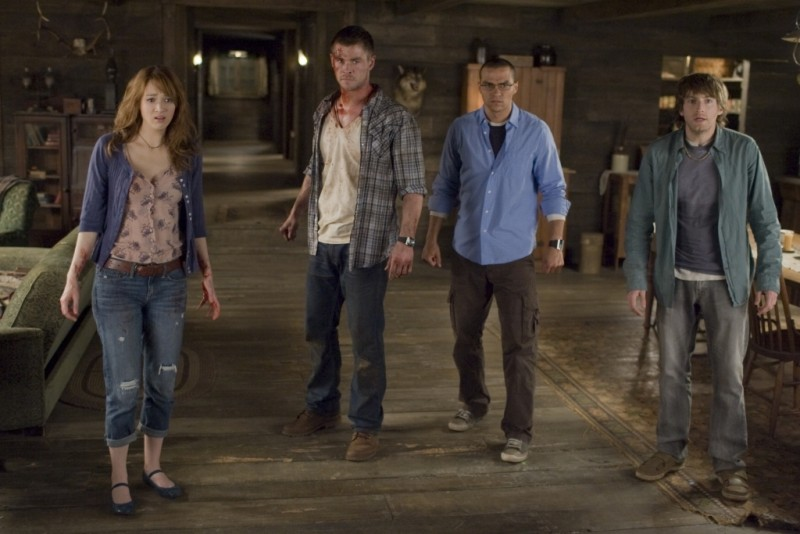 The Cabin in the Woods: Fran Kranz, Chris Hemsworth, Kristen Connolly e Jesse Williams terrorizzati in una scena del film