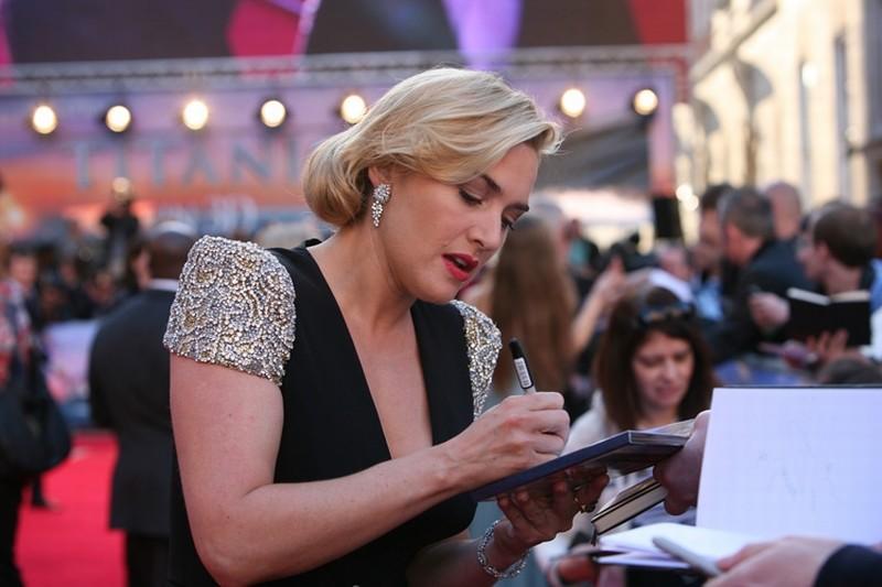 Titanic in 3D: Kate Winslet firma autografi sul red carpet della Royal Albert Hall di Londra per la premiere di Titanic 3D