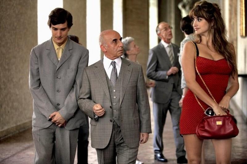 To Rome with Love: Penelope Cruz in una scena del film con Alessandro Tiberi e Roberto Della Casa