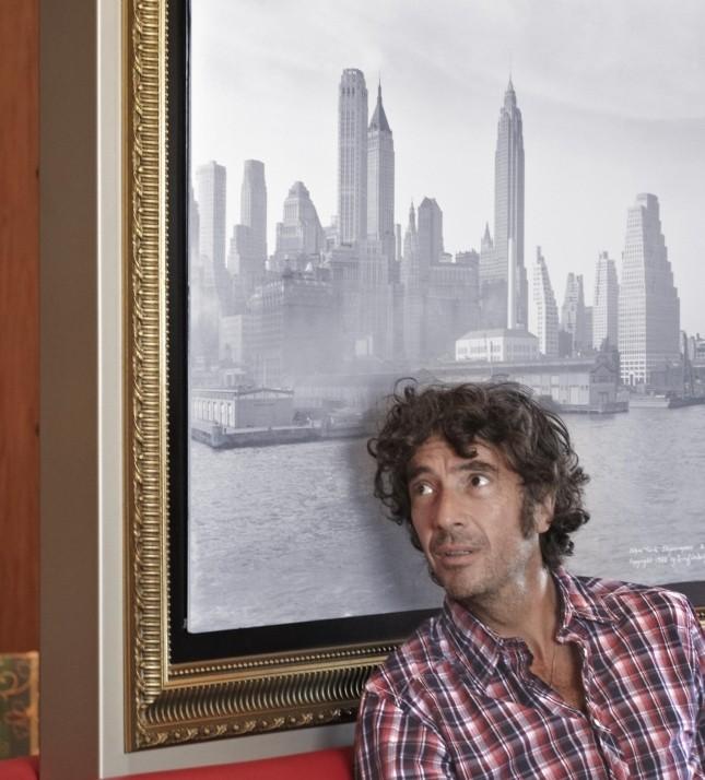 Bienvenuti a bordo: il regista Eric Lavaine sul set del film si riposa dalle fatiche