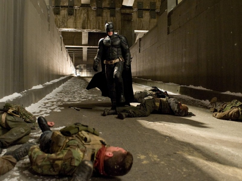 Christian Bale è Batman in una scena di devastazione tratta da Il cavaliere oscuro - Il ritorno