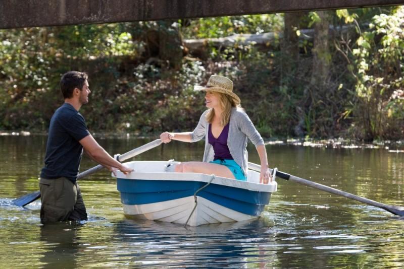 Ho cercato il tuo nome: Taylor Schilling con Zac Efron durante una romantica gita in barca in una scena del film