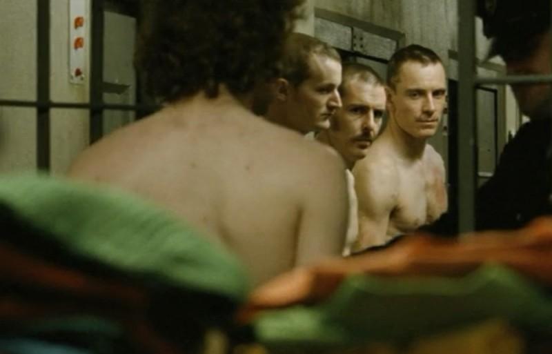 Hunger: Michael Fassbender in una scena del film in carcere insieme ai suoi compagni di cella