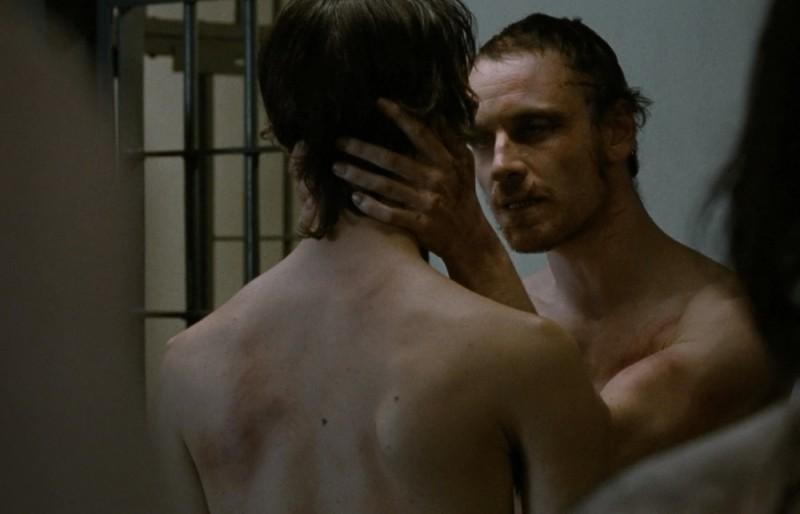 Hunger: Michael Fassbender in una scena del film insieme a Brian Milligan (di spalle)