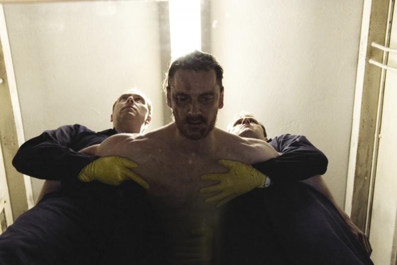 Hunger: Michael Fassbender pestato a sangue in carcere in una scena del film