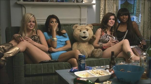 L'orsacchiotto di Ted circondato da un gruppo di avvenenti fanciulle