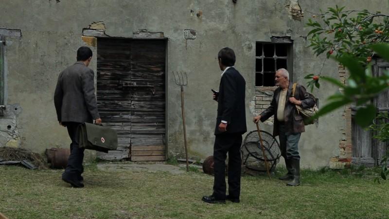 La casa nel vento dei morti: Luca Magri, Marco Iannitello e Francesco Barilli vicini alla casa in una scena del film