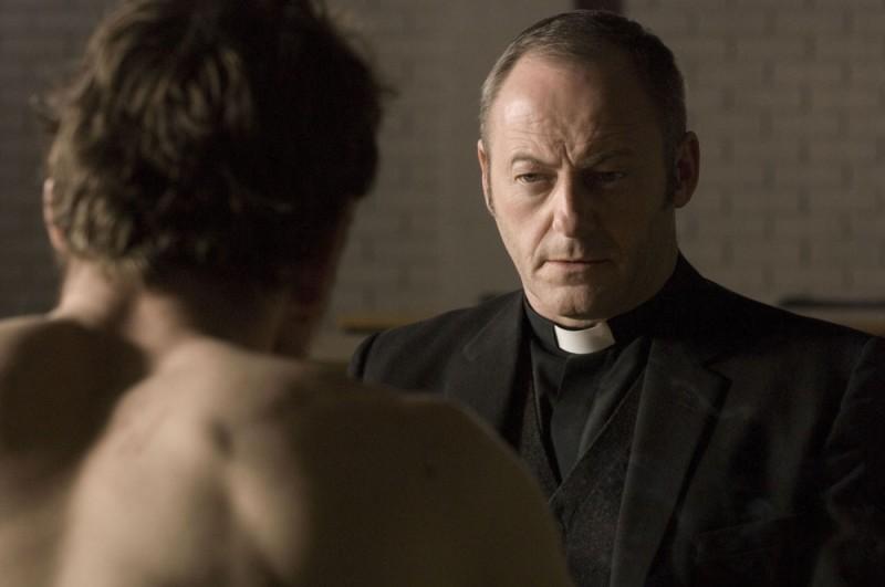 Liam Cunningham in una scena di Hunger parla con Michael Fassbender (di spalle)