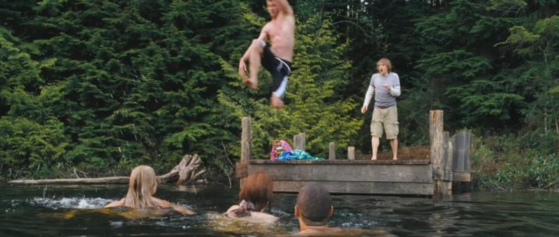 Quella casa nel bosco: Fran Kranz è indeciso se fare o meno il bagno con gli altri in una scena del film