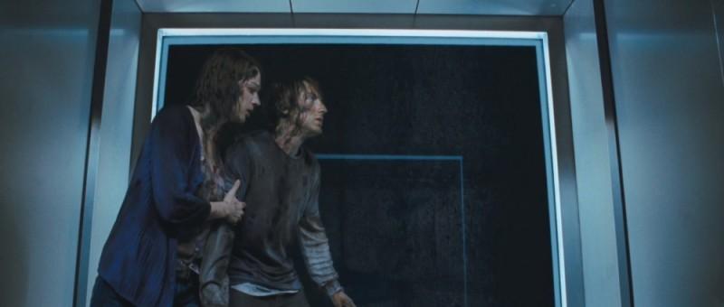 Quella casa nel bosco: Fran Kranz insieme a Kristen Connolly cercano una via d'uscita in una scena del film