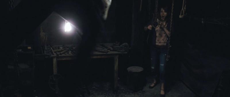 Quella casa nel bosco: Kristen Connolly in una buia e spaventosa scena del film