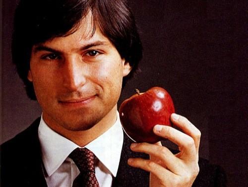 Un giovane Steve Jobs con la mela