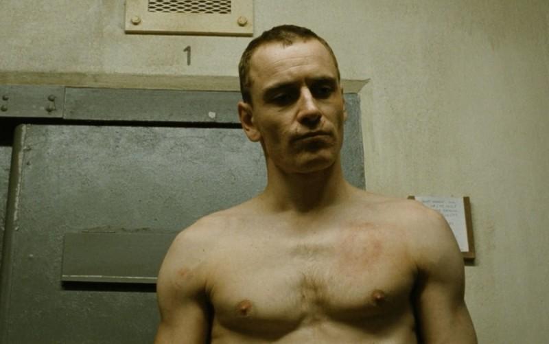 Un pallido Michael Fassbender in una scena di Hunger