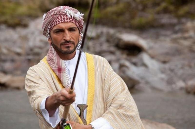 Amr Wacked nei panni di uno sceicco amante della pesca in una scena de Il pescatore di sogni
