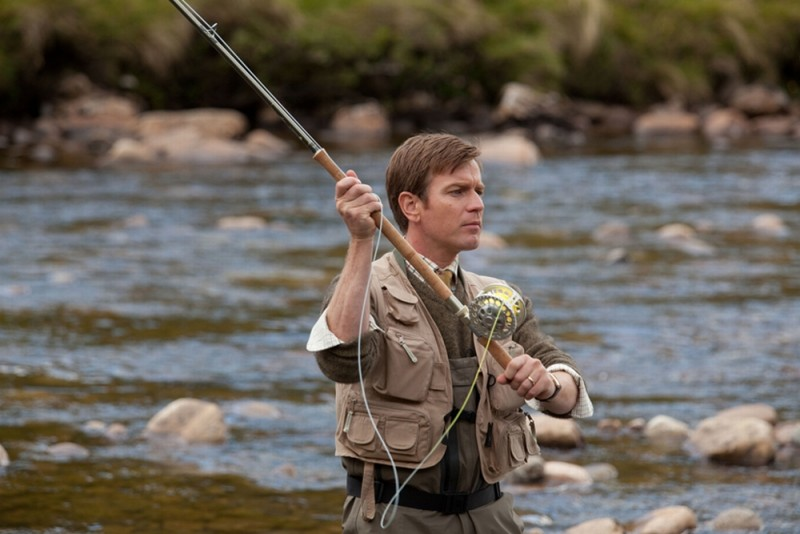 Ewan McGregor alle prese con la sua canna da pesca in una scena de Il pescatore di sogni
