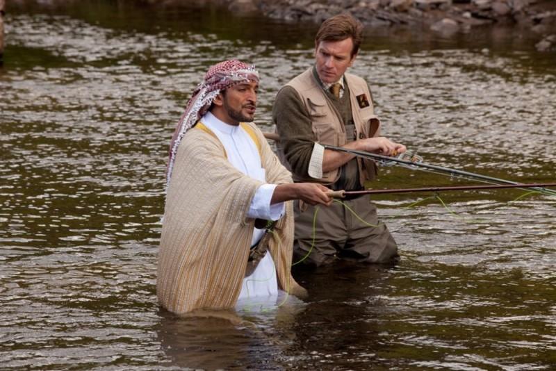 Ewan McGregor e Amr Waked si rilassano pescando in una scena de Il pescatore di sogni