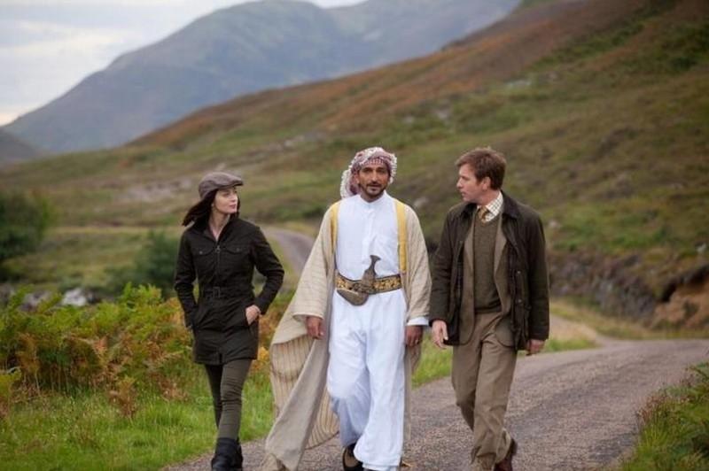 Ewan McGregor, Emily Blunt e Amr Waked passeggiano in una scena de Il pescatore di sogni